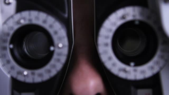 vídeos de stock, filmes e b-roll de paciente no olho médico - desaparecer gradualmente