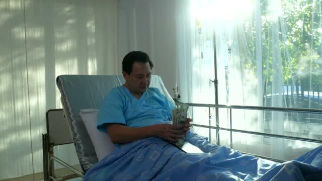Patienten Geschäftsmann zählen Bargeld auf Bett