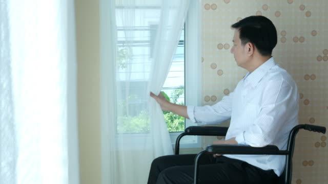 Patienten Geschäftsmann sitzen im Rollstuhl, warten und hoffnungslos