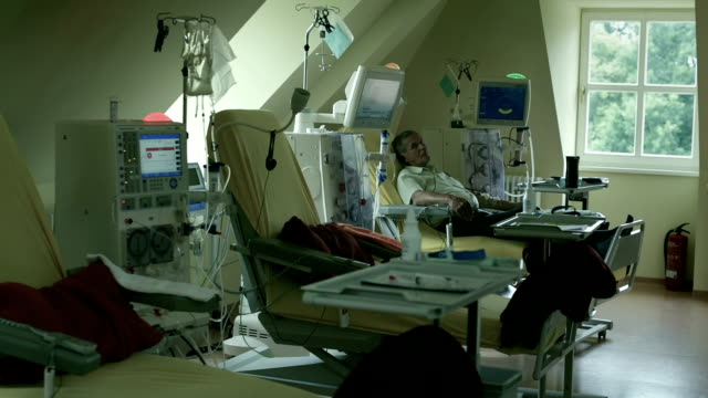 a patient during the dialysis treatment - weitwinkelaufnahme stock-videos und b-roll-filmmaterial