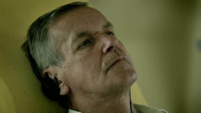 vídeos de stock e filmes b-roll de a patient during the dialysis treatment - só homens maduros