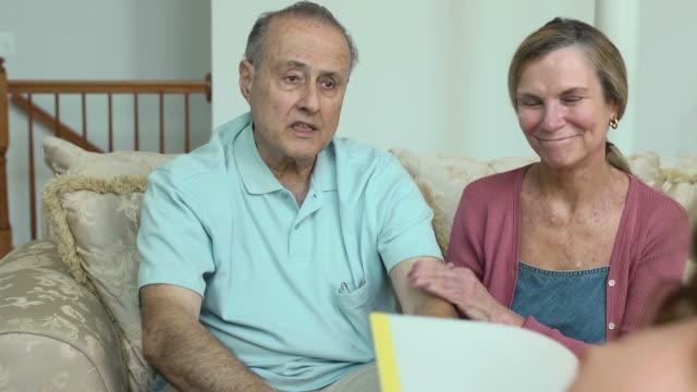 patienten zu erklären, die symptome zu gesundheitsfürsorge anbieter - hausbesuch stock-videos und b-roll-filmmaterial