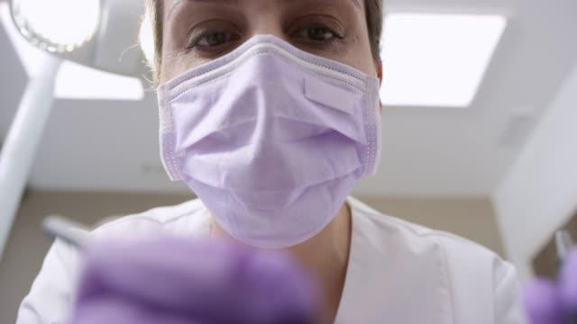 vídeos de stock, filmes e b-roll de pov paciente recebendo uma obturação de dente - dentista