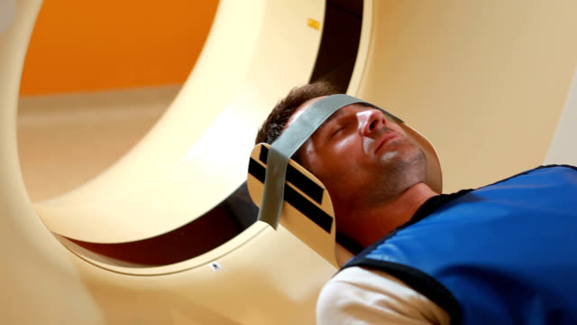 vídeos de stock, filmes e b-roll de patient in an mri scanner - neurociência