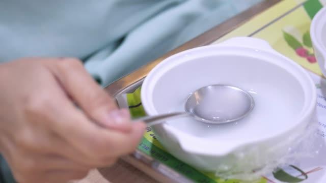 vídeos de stock, filmes e b-roll de paciente na cama de hospital, refeição - prato