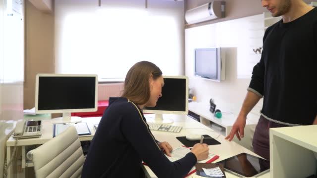vídeos y material grabado en eventos de stock de dentista gerencia - recepcionista