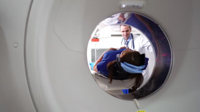 vídeos de stock e filmes b-roll de patient on the cat scan machine - tomografia computorizada
