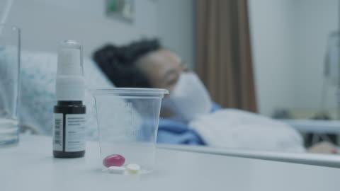 covid-19 患者:患者在病床上服藥。 - covid 19 個影片檔及 b 捲影像