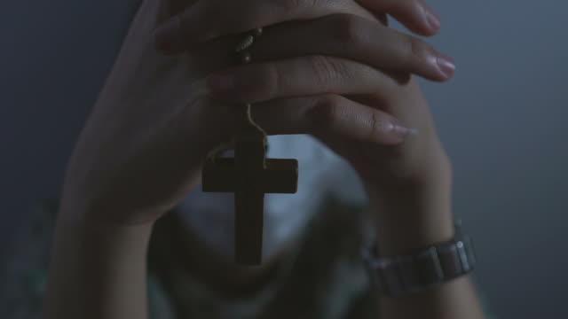 vídeos y material grabado en eventos de stock de paciente orando con cruz y adoración a dios - rezar