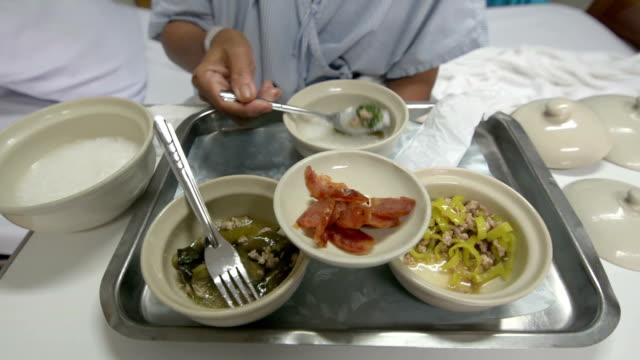 Patient sitzt im Bett Essen und Essen in der Krankenstation