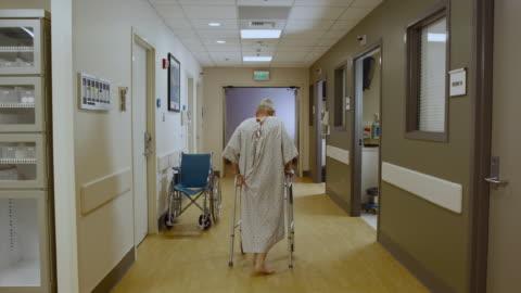vidéos et rushes de ws patient walking down hospital hallway using walker / edmonds, washington, usa - fragilité