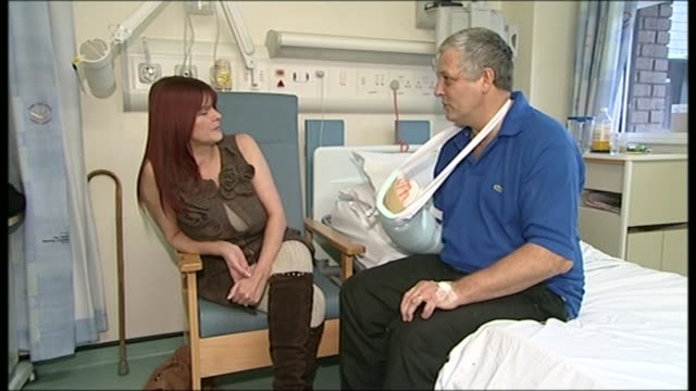 vidéos et rushes de patients across england to be offered hand and arm transplants on the nhs t04011330 / west yorkshire leeds leeds general infirmary int close shot... - pansement médical