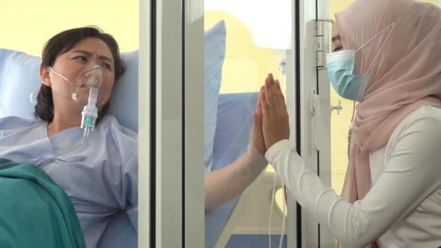 冠狀病毒患者分離室的患者和穆斯林女性親屬。 - 宗教 個影片檔及 b 捲影像