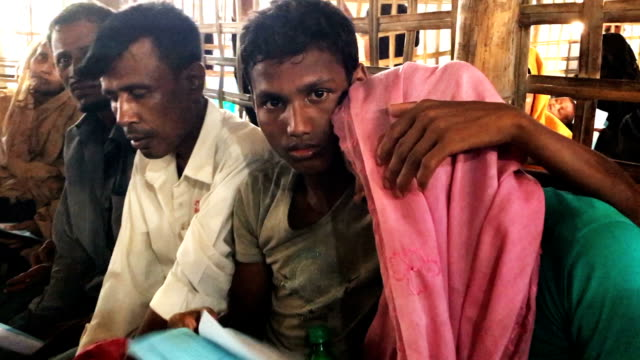 patients wait for medical treatment in the urgent out patient waiting area at the 'doctors without borders' kutupalong clinic on october 3 2017 in... - rohingya kultur stock-videos und b-roll-filmmaterial
