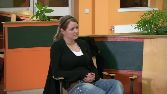 vídeos y material grabado en eventos de stock de patients waiting in waiting room - sala de espera edificio público