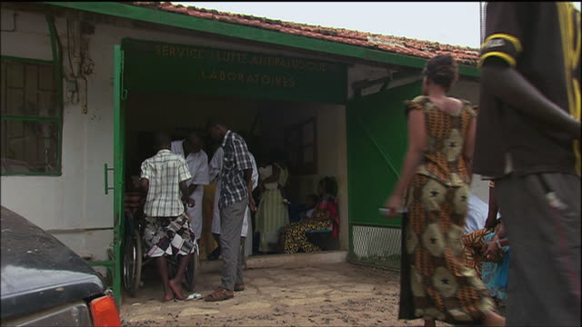 vidéos et rushes de ts patients waiting outside of a small clinic / senegal - centre médical