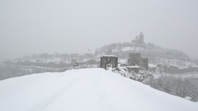 patriarchal cathedral st. ascension, the medieval fortress tsarevets and the frozen river yantra in veliko tarnovo covered by snow - osteuropäische kultur stock-videos und b-roll-filmmaterial