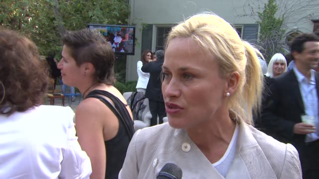 stockvideo's en b-roll-footage met patricia arquette on presenting maria bello with her award, why she's deserving of the honor, the importance of art and creative expression at the... - maria bello