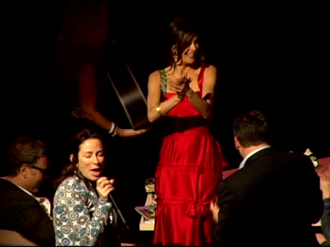 patricia heaton wins an auction and teri hatcher applauds at the comedy for a cure 2006 benefiting the ts alliance and clothes off our backs at the... - teri hatcher stock-videos und b-roll-filmmaterial