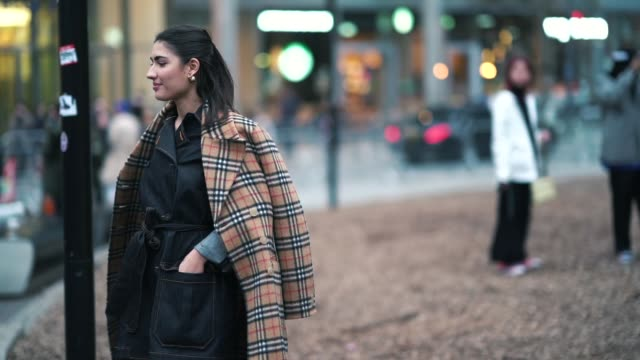 vidéos et rushes de patricia manfield wears a brown checked trench coat a denim dress green pvc rain boots outside burberry during london fashion week february 2019 on... - burberry