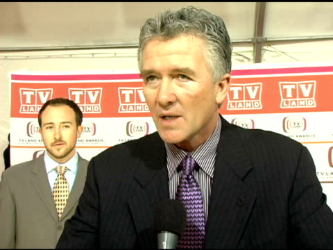 stockvideo's en b-roll-footage met patrick duffy on the 'dallas' cast having a reunion at the event and on why people are still so reactive to the 'dallas' cast members at the 2006 tv... - soapserie