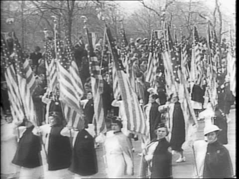 vídeos de stock e filmes b-roll de patriotic crowd cheering in front of the white house / president woodrow wilson exiting the capitol / wide view crowd cheering / soldiers standing on... - 1942