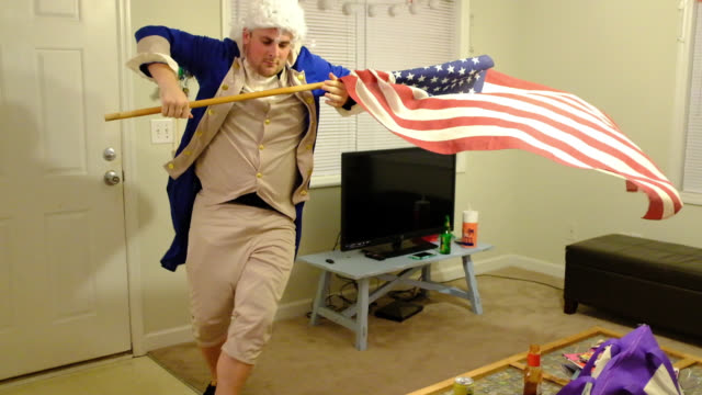 stockvideo's en b-roll-footage met patriotic man dresses up as founding father, waves american flag - north carolina amerikaanse staat