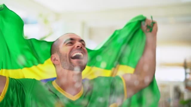 vídeos de stock, filmes e b-roll de patriotismo e celebração de uma jovem fã brasileira - decoração