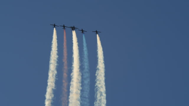 patriots jet team flying in formation trailing colored smoke - formationsfliegen stock-videos und b-roll-filmmaterial