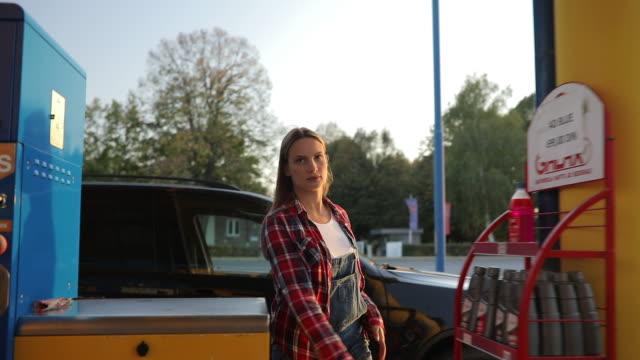 vídeos de stock, filmes e b-roll de estação de patrulha auto serviço - estação