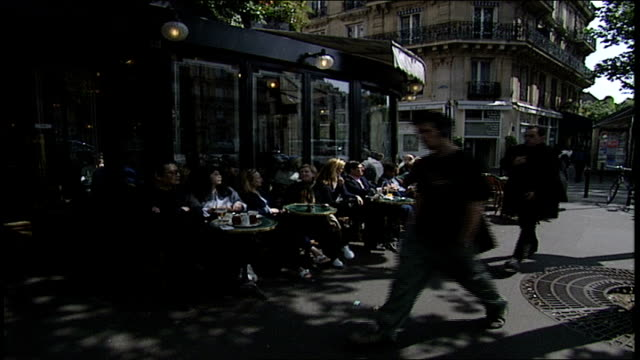 patrons at an outdoor cafe in paris - anno 2002 video stock e b–roll