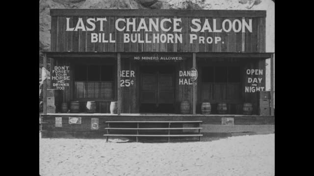 "vidéos et rushes de 1918 patrons drink and dance at a small town saloon that is ""not for weak stomachs"" - ouest américain"