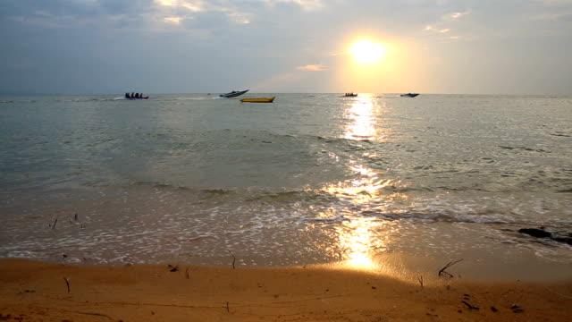 vídeos y material grabado en eventos de stock de atardecer playa de pattaya - mancha solar