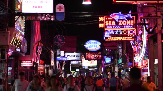 vídeos de stock e filmes b-roll de pattaya walking street, the night city that never sleeps, number one tourist destination at night in pattaya - bar local de entretenimento