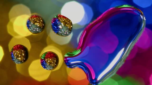 vídeos de stock, filmes e b-roll de o teste padrão da água de giro colorida do glitter deixa cair o fundo da arte abstrata - water form
