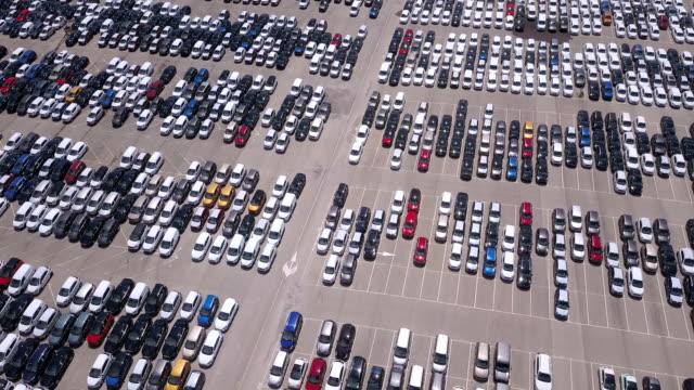 vídeos de stock e filmes b-roll de pattern of new cars in a parking lot. drone view - estacionar