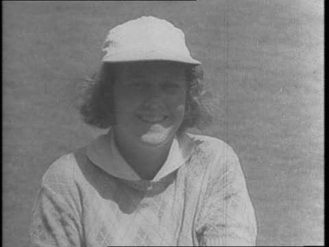 patty berg licks her injury jinx to stage comeback by winning women's western open '43 golf title / female golfers patty berg and dorothy kirby on... - anno 1943 video stock e b–roll