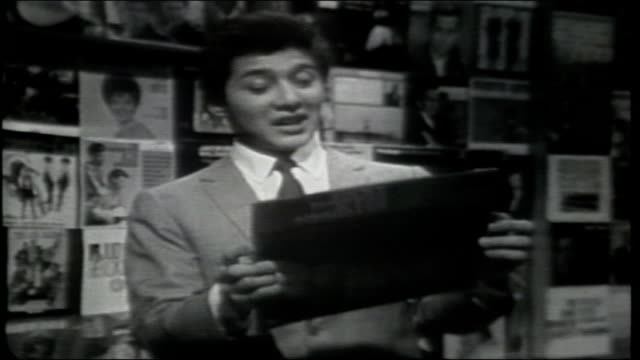 vídeos de stock, filmes e b-roll de paul anka reads the back of the album monkey bird riviera and introduces rocky roberts and les airedales - espetáculos de variedade