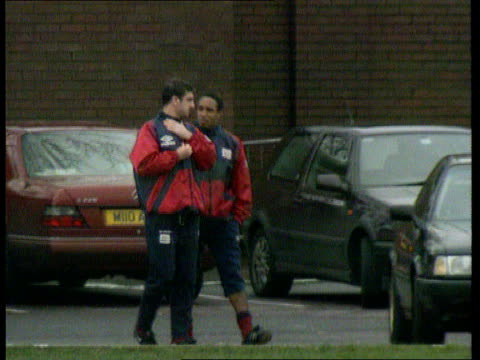 vidéos et rushes de paul ince questioned by police on assault incident at crystal palace tx 9693 massachusetts boston ext paul ince kicking ball during england training... - donner un coup de pied