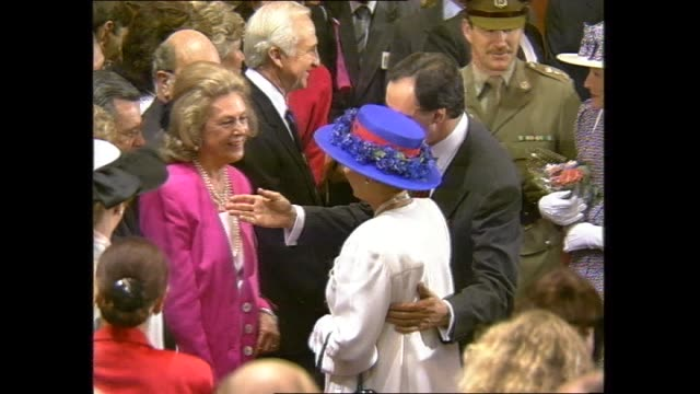 vidéos et rushes de paul keating places arm around queen elizabeth ii medium close ups of paul keating guiding queen to introduce her to guests and he places his arm on... - 1992