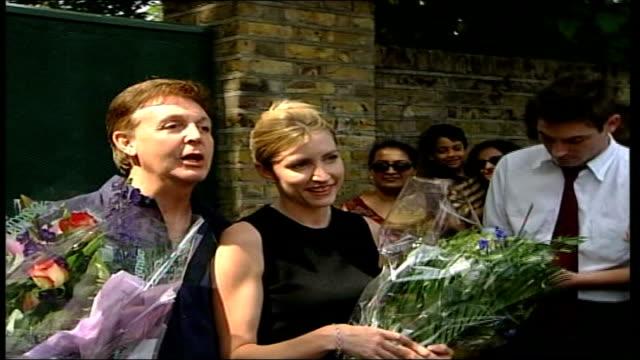 vidéos et rushes de paul mccartney and heather mills divorce case heather mills sues press ext sir paul mccartney posing next mills holding bouquets of flowers after... - composition florale