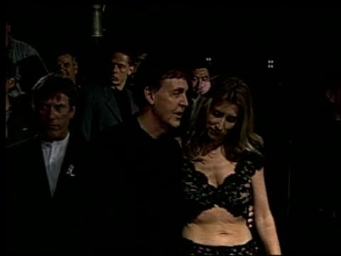 vídeos y material grabado en eventos de stock de paul mccartney at the 2002 academy awards 'ago' party at the kodak theatre in hollywood california on march 24 2002 - paul mccartney