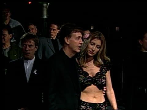 vídeos y material grabado en eventos de stock de paul mccartney at the 2002 academy awards vanity fair party at morton's in west hollywood california on march 24 2002 - paul mccartney