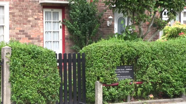 paul mccartney house 20 forthlin roadliverpool where he lived from 1955 till 1965 and wrote his first songs with john lennon shot on august 2013 - gesellschaftsgeschichte stock-videos und b-roll-filmmaterial