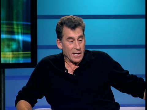 vidéos et rushes de paul michael glaser to play captain hook in pantomime; england: london: gir: int paul michael glaser interview sot - talks about what became of the... - cardigan