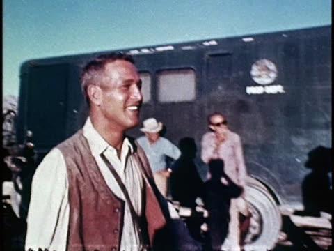 vidéos et rushes de paul newman in costume walking across the film set of 'hombre'. - équipement audiovisuel