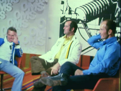 vidéos et rushes de paul newman on set talking with four professional race car drivers parnelli jones bob bondurant peter revson and jim hall - acteur
