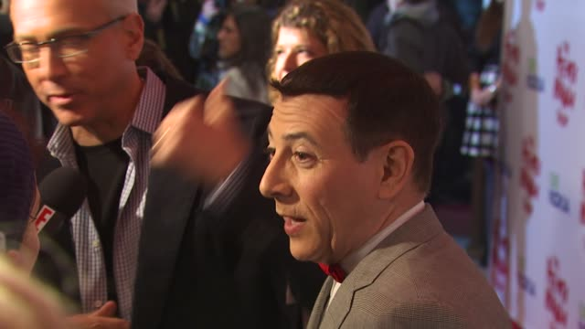 vídeos de stock, filmes e b-roll de paul reubens at the 'the peewee herman show' opening night at los angeles ca - espetáculos de variedade