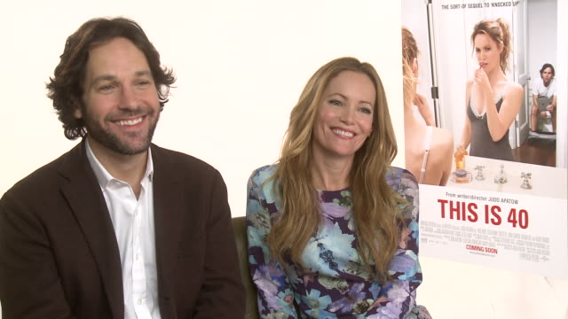 vídeos de stock, filmes e b-roll de paul rudd & leslie mann on if they are becoming like their parents at the dorchester on january 31, 2013 in london, england - leslie mann