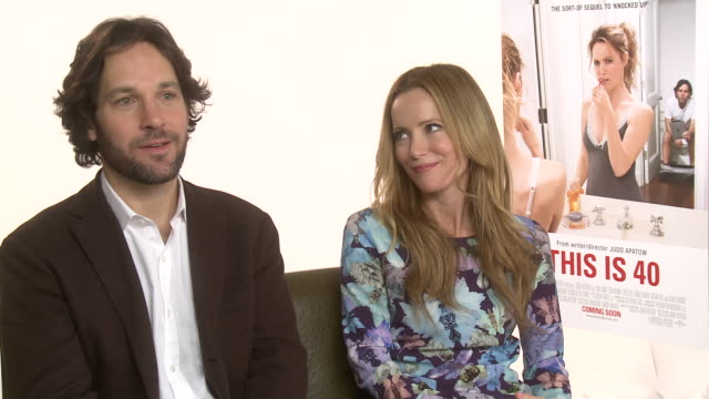 vídeos de stock, filmes e b-roll de interview paul rudd leslie mann on the soundtracks they listened to when growing up at the dorchester on january 31 2013 in london england - leslie mann